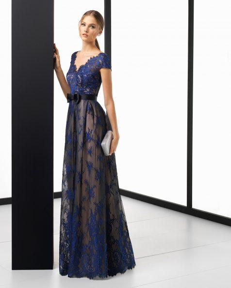 Rochie de cocktail lungă din dantelă cu mânecă scurtă, în culorile argintiu/nude, negru/nude și bleumarin/nude. Colecția ROSA CLARA COCKTAIL 2018.