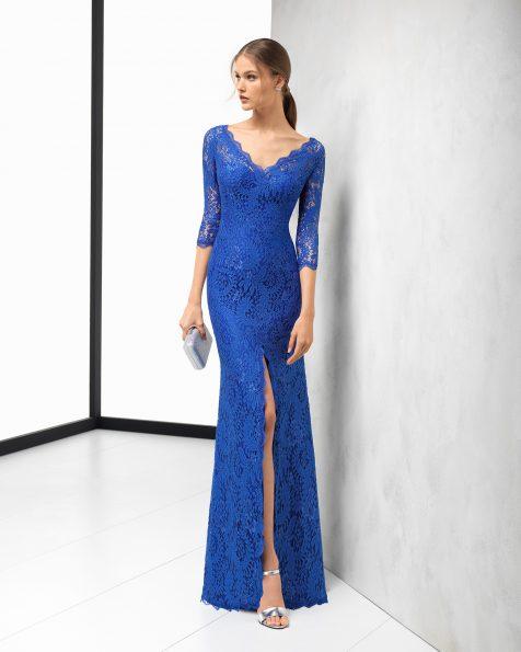 Vestit de festa llarg de blonda amb coll de pic i obertura davantera, de color cobalt, blau marí, fum, vermell i morat. Col·lecció ROSA CLARA COCKTAIL 2018.
