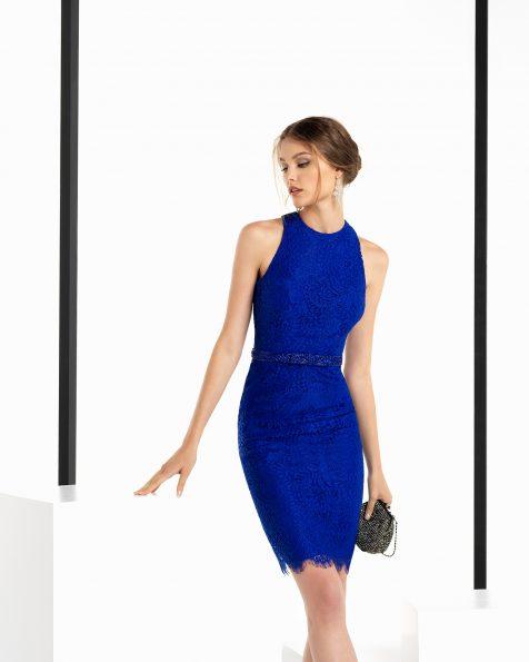 Vestit de festa curt de blonda i pedreria amb esquena escotada, de color cobalt, blau marí, fum, vermell i morat. Col·lecció ROSA CLARA COCKTAIL 2018.