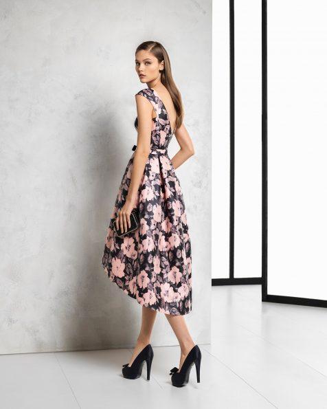 Vestido de cerimónia de saia curta à frente e comprida atrás, sem mangas de mikado estampado, com costas decotadas. Disponível em preto/branco e preto/rosa. Coleção ROSA CLARA COCKTAIL 2018.