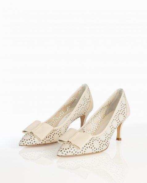 裸色蝴蝶结装饰低跟打孔皮革新娘宫廷鞋。 ROSA CLARA COUTURE 新品系列 2018.