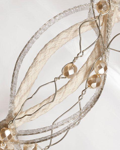 Tocado de alambre forrado con adorno de cuentas. Disponible en color marfil y blanco. Colección ROSA CLARA COUTURE 2019.