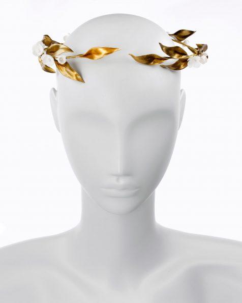 Corona de novia circular de flores en porcelana. Disponible en color oro/blanco y marfil/blanco. Colección ROSA CLARA COUTURE 2019.