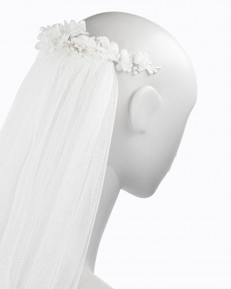 Tocado de novia estilo boho con flores. Con velo de tul. Disponible en color natural. Colección ROSA CLARA COUTURE 2019.