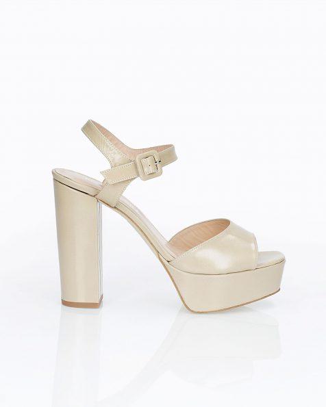 Sandales de mariée en cuir. Avec talon haut et plate-forme. Disponible en couleur naturelle et camel. Collection ROSA CLARA COUTURE 2019.