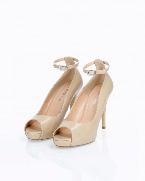 Chaussures de mariée style peep toe en cuir. Avec talon haut et bride. Disponible en couleur naturelle et camel. Collection ROSA CLARA COUTURE 2019.