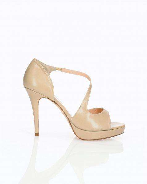 Chaussures de mariée style escarpins en cuir. Avec talon haut et lanière croisée. Disponible en couleur naturelle et camel. Collection ROSA CLARA COUTURE 2019.