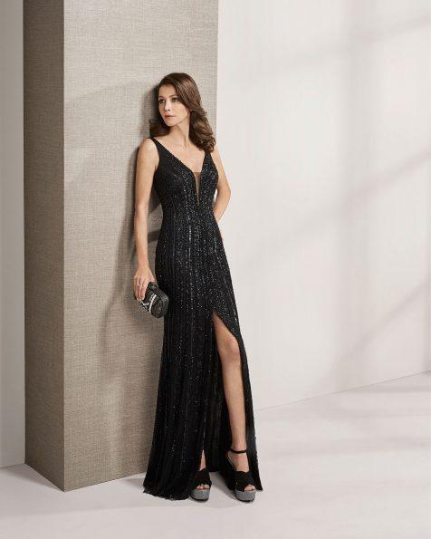 Vestido de festa comprido de brilhantes. Decote deep-plunge e costas decotadas com xaile. Coleção ROSA CLARA COCKTAIL 2019.