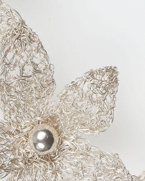Tocado joya Noemí de flores en hilo de plata, en color plata . Colección ROSA CLARA COUTURE 2019.