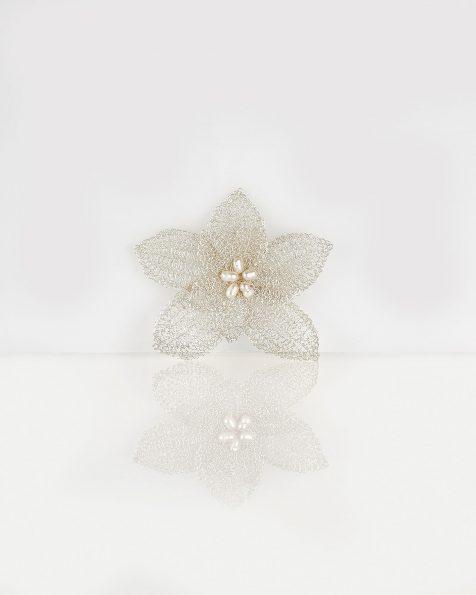 T02银色宝石镶饰花卉设计银丝珍珠头饰发卡。 ROSA CLARA COUTURE 新品系列 2019.