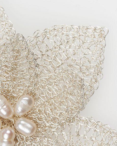 Tocado horquilla joya T02 en forma de flor de hilo de plata y perlita, en color plata. Colección ROSA CLARA COUTURE 2019.