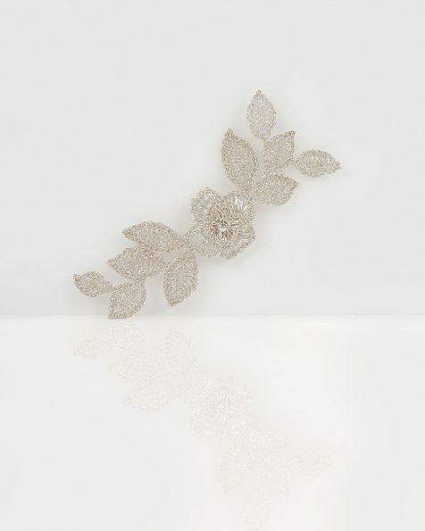 T10银色宝石镶饰花卉及叶片设计银丝头饰。 ROSA CLARA COUTURE 新品系列 2019.