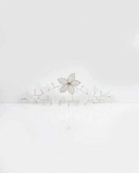 Ona银色宝石镶饰叶片设计银丝、水晶和珍珠头饰。 ROSA CLARA COUTURE 新品系列 2019.