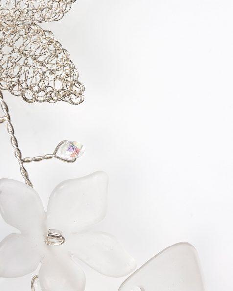 Tocado joya Ona de hojas en hilo de plata, cristal y perlitas, en color plata . Colección ROSA CLARA COUTURE 2019.