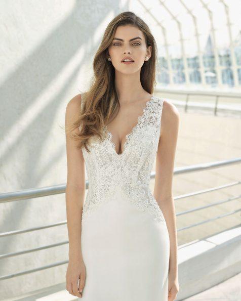 Vestido de novia corte evasé en georgette, encaje y pedrería. Escote pico y espalda escotada. Disponible en color natural. Colección ROSA CLARA 2019.