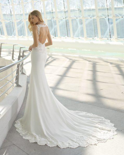Vestido de novia corte evasé en crepe, encaje y pedrería. Escote pico y espalda lágrima. Disponible en color natural. Colección ROSA CLARA 2019.