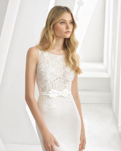 Vestido de novia corte sirena en georgette, encaje y pedrería. Con escote barco y lazo a cintura. Disponible en color natural. Colección ROSA CLARA 2019.