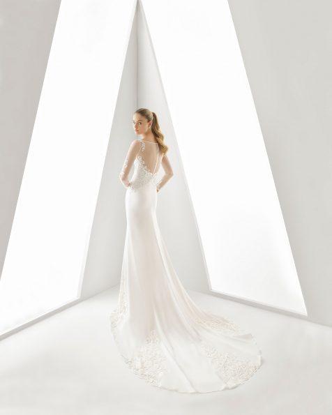 .2019 مجموعة فساتين ROSA CLARA فستان زفاف ذو تصميم للسهرات من الكريب جورجيت والدانتيل. بكمّ طويل وتقويرة ذات تصميم طيفي مع زخرفة خرزية وفتحة في الظهر. باللون الطبيعي.