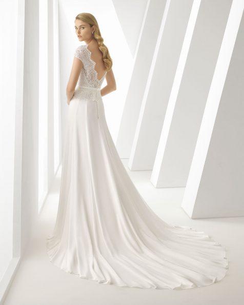 Vestit de núvia d'estil línia A, de georgette, blonda i pedreria. De màniga curta i esquena oberta. Disponible en color natural. Col·lecció ROSA CLARA 2019.