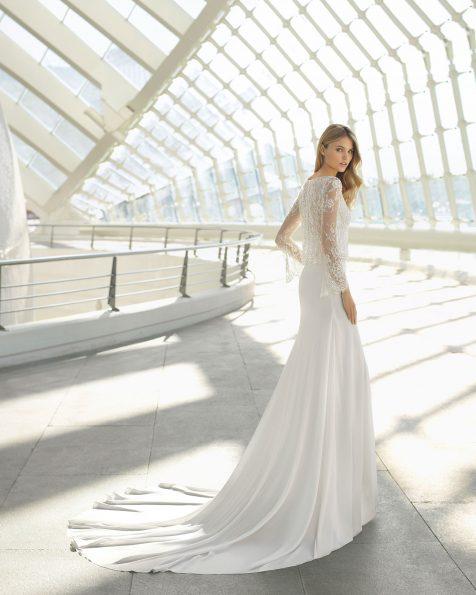Vestido de novia estilo boho en georgette con cuerpo de manga larga con encaje y pedrería. Falda lisa de gasa. Disponible en color natural. Colección ROSA CLARA 2019.