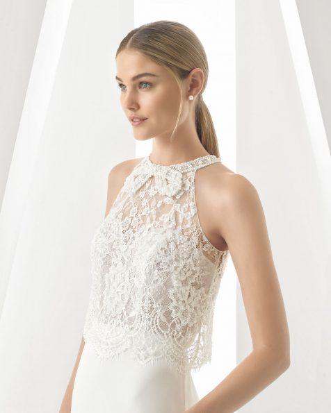 Vestido de novia corte recto en georgette, encaje y pedrería. Escote halter. Disponible en color natural. Colección ROSA CLARA 2019.