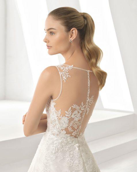 Vestido de noiva romântico de renda e brilhantes. Decote e costas ilusão. Disponível em cor natural. Coleção ROSA CLARA 2019.