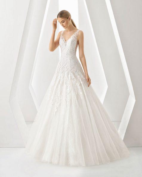 Vestido de noiva estilo romântico de renda e brilhantes. Decote em V e costas decotadas. Disponível em cor natural. Coleção ROSA CLARA 2019.