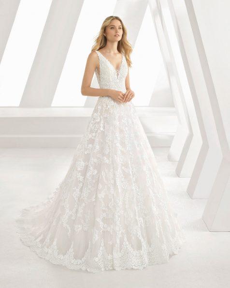 Vestit de núvia d'estil romàntic de blonda. Escot deep-plunge i màniga de tirants. Disponible en color natural/nude i natural. Col·lecció ROSA CLARA 2019.