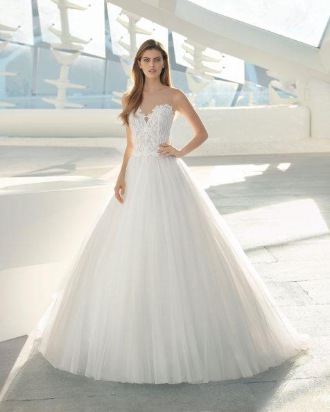 .2019 مجموعة فساتين ROSA CLARA فستان زفاف ذو تصميم للأميرات من الدانتيل المزيّن بالخرز والتل. ذو تقويرة رومنسية وتنورة كاملة. باللون الطبيعي.