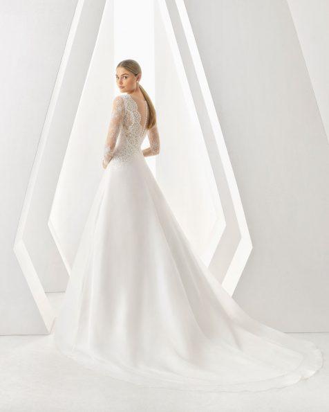 Vestido de noiva corte evasé de organza, renda e brilhantes. Decote em V e manga comprida. Disponível em cor natural. Coleção ROSA CLARA 2019.