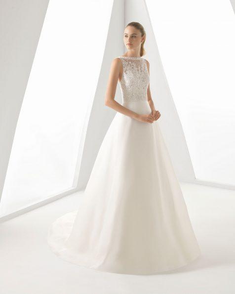 Vestit de núvia de tall evasé, d'organza, blonda i pedreria. Màniga de tirant i esquena escotada. Disponible en color natural. Col·lecció ROSA CLARA 2019.