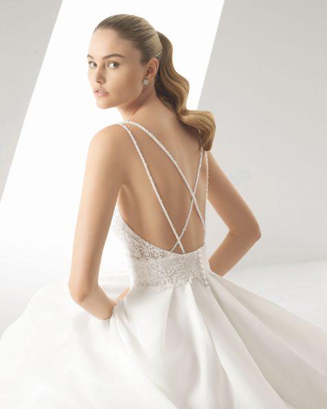 Vestido de noiva corte evasé de gazar, renda e brilhantes. Decote redondo e costas em V. Disponível em cor natural. Coleção ROSA CLARA 2019.