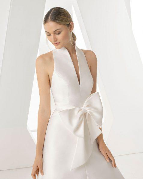 Robe de mariée coupe évasée en sienne. Décolleté plongeant et nœud à la taille. Disponible en couleur ivoire. Collection ROSA CLARA 2019.