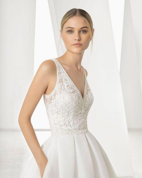 Vestido de novia corte clásico de encaje, gazar y pedrería. Escote V y espalda de encaje y pedrería. Disponible en color natural. Colección ROSA CLARA 2019.