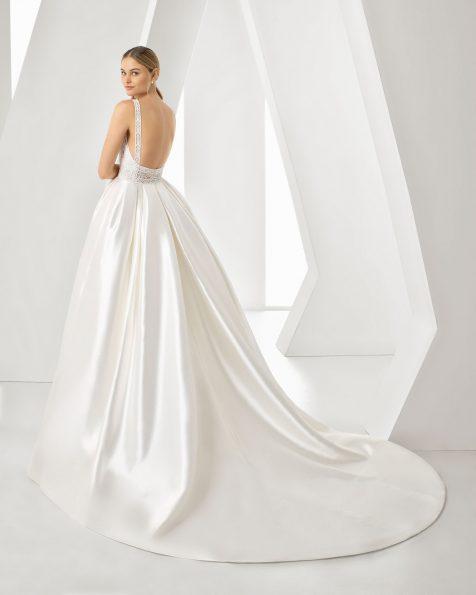 Robe de mariée coupe classique en tamis, dentelle et pierreries. Dos carré et sans manches. Disponible en couleur naturelle. Collection ROSA CLARA 2019.