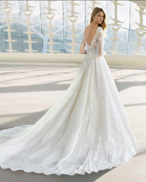 Princess-Brautkleid aus Spitze mit Strassbesatz. U-Boot-Ausschnitt und lange Ärmel. Erhältlich in Naturweiß. Kollektion ROSA CLARA 2019.