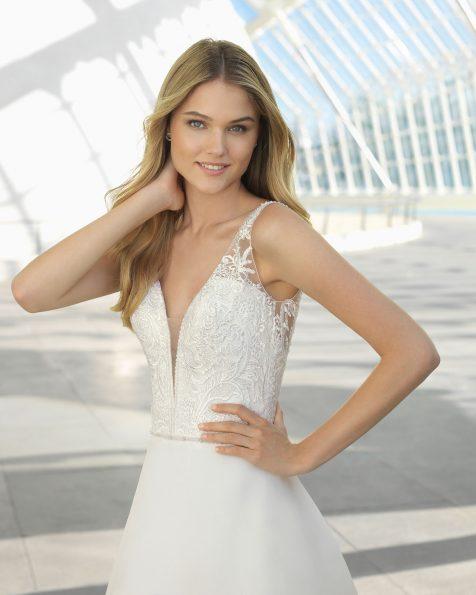 Vestido de noiva estilo princesa de gazar, renda e brilhantes. Decote deep-plunge e costas decotadas. Disponível em cor natural. Coleção ROSA CLARA 2019.