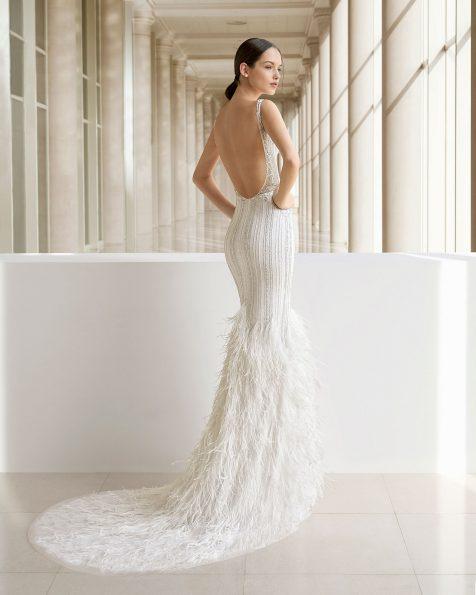 Vestido de novia corte sirena de pedrería y plumas. Escote V y espalda escotada. Disponible en color natural/plata y natural. Colección ROSA CLARA SOFT 2019.
