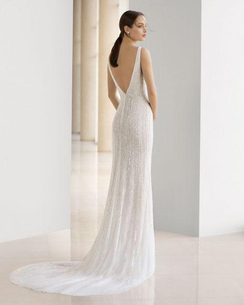 Vestido de novia corte sirena de pedrería. Escote deep-plunge y abertura delantera. Disponible en color natural. Colección ROSA CLARA SOFT 2019.