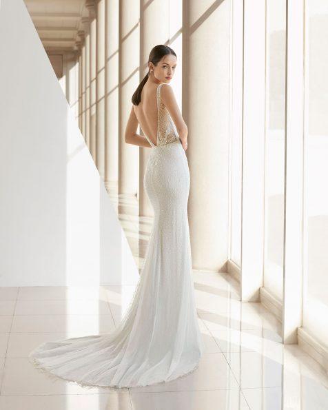Vestido de novia corte sirena de pedrería. Escote deep-plunge y espalda en V. Disponible en color natural/plata y natural. Colección ROSA CLARA SOFT 2019.