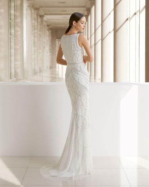 Vestido de novia corte recto de pedrería. Escote V y flecos en la falda. Disponible en color natural. Colección ROSA CLARA SOFT 2019.