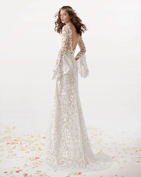 Vestido de novia estilo boho de guipur. Escote barco de manga larga y espalda en V. Disponible en color natural. Colección ROSA CLARA SOFT 2019.