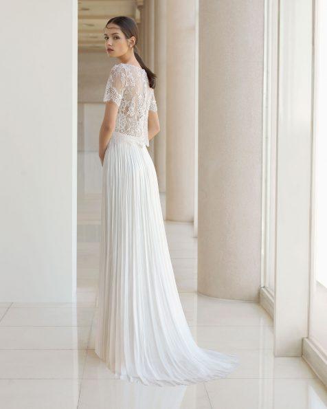 Vestido de novia estilo boho de dos piezas. Chaqueta de encaje y pedrería de manga corta y falda de muselina de seda. Disponible en color natural. Colección ROSA CLARA SOFT 2019.