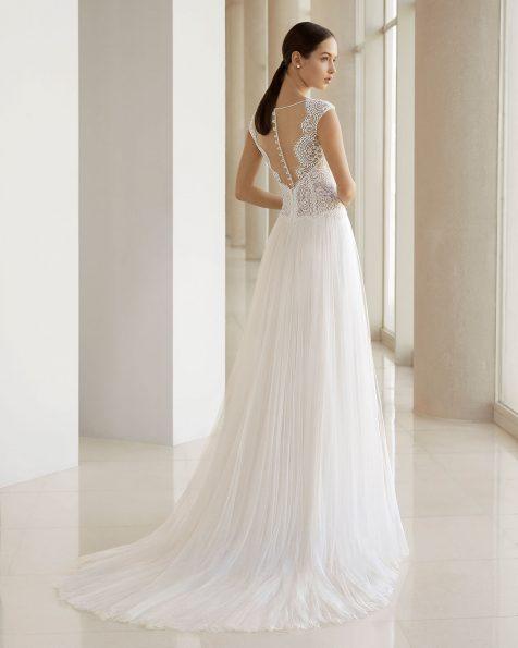 Свадебное платье А-образного силуэта из кружева с бусинами и тюля. Горловина-