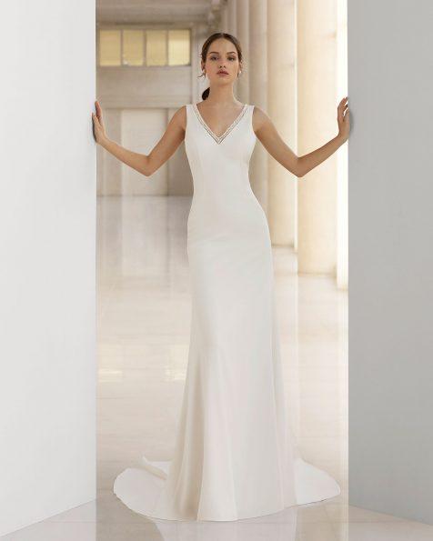 Vestido de novia corte sirena de crepe y pedrería. Escote y espalda en V. Disponible en color natural. Colección ROSA CLARA SOFT 2019.