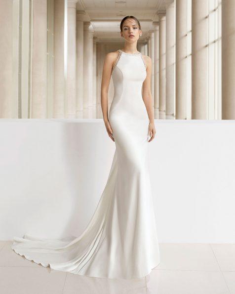 Vestido de novia corte sirena de crep, encaje y pedrería. Escote halter y espalda con encaje aplicado.  Disponible en color natural. Colección ROSA CLARA SOFT 2019.
