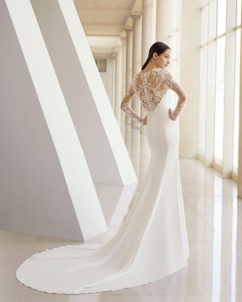 Rochie de mireasă în croi sirenă din crep, dantelă și strasuri. Cu mânecă lungă și spatele cu dantelă aplicată. Disponibilă în culoarea ecru. Colecția ROSA CLARA SOFT 2019.