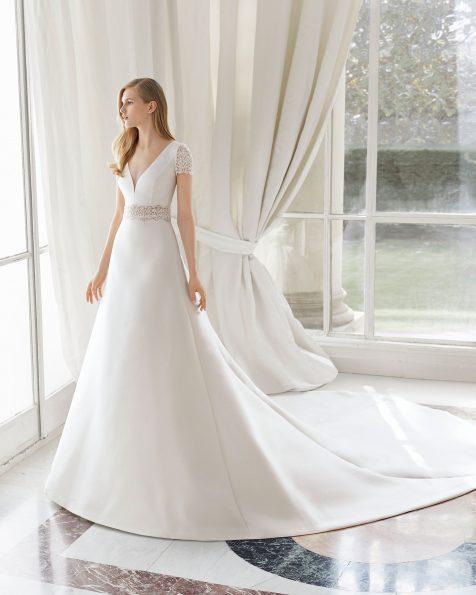 Abito da sposa classico di alta moda in Amalfi. Scollo a V e schiena scollata. Con decorazione di guipure in vita e maniche. Colore naturale. Collezione ROSA CLARA COUTURE 2019.