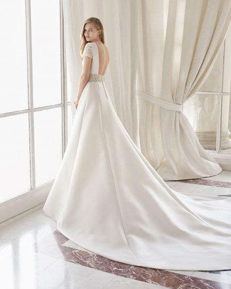 Vestit de núvia clàssic de costura, d'Amalfi. Escot en V i esquena escotada. Amb adorn de guipur a la cintura i les mànigues. Disponible en color natural. Col·lecció ROSA CLARA COUTURE 2019.