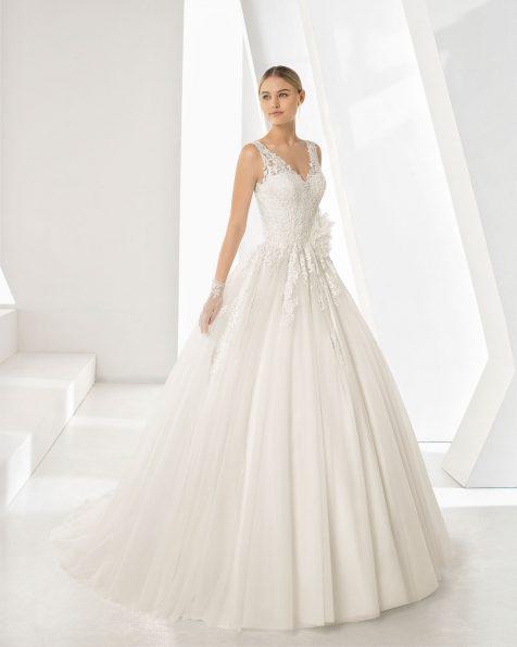 Vestido de novia estilo princesa con cuerpo de guipur, escote pico y espalda pronunciada con falda de tul cortada a cintura. Colección ROSA CLARA 2019.